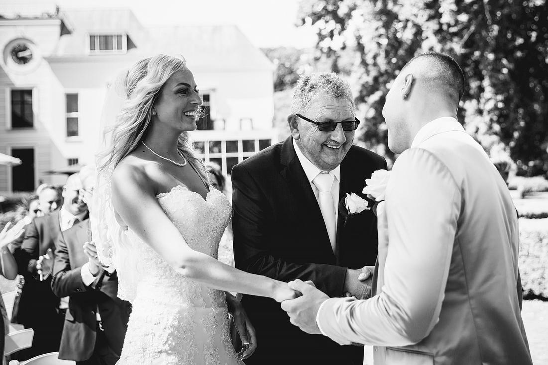 Bruid weggeven vader